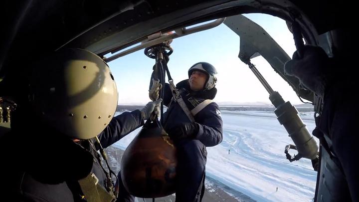 Камчатские вертолетчики показали, как спасают терпящих бедствие коллег. Видео
