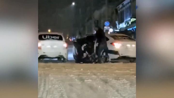 Избиение пассажира таксистами в Уфе попало на видео