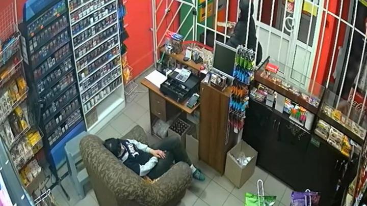 Продавщица проспала кражу денег из кассы кировского магазина