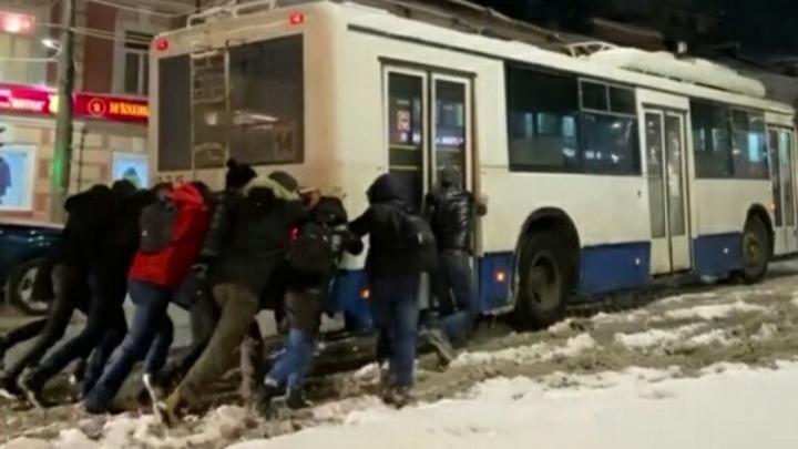В Кирове пешеходы выталкивали застрявший на подъеме троллейбус