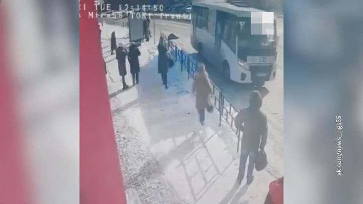 В Омске пенсионерка попала под автобус