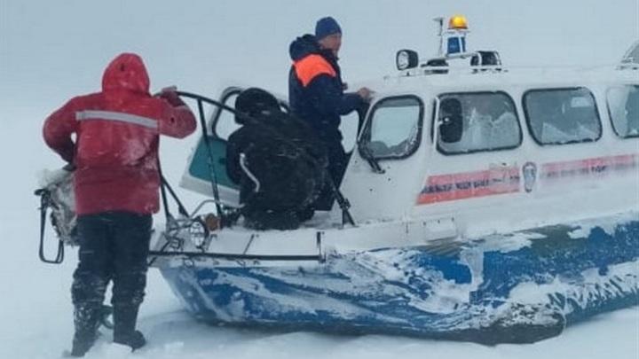 Дрейфовавших на льдине сахалинских рыбаков вернули на берег