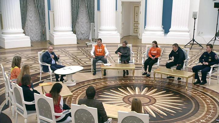 Путин на встрече с волонтерами рассказал о важности их работы