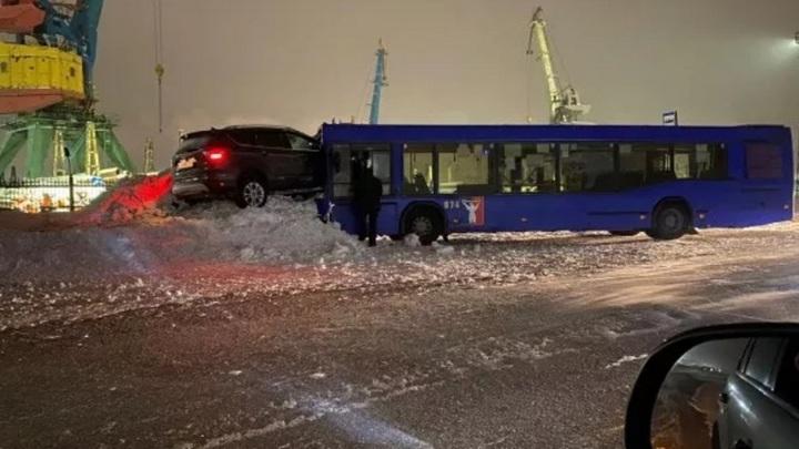 """Кроссовер """"запрыгнул"""" в кабину автобуса в Норильске"""