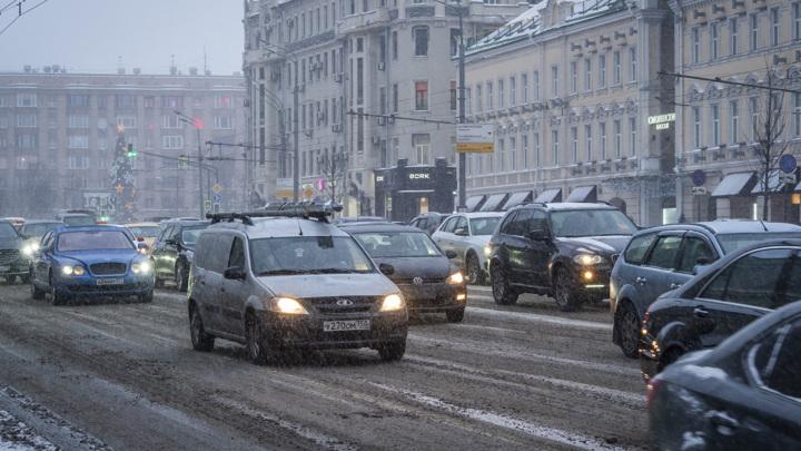 Метель осложнила движение по московским предпраздничным пробкам