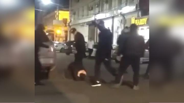 В Краснодаре жестоко избили двух человек за лезгинку на улице. Видео
