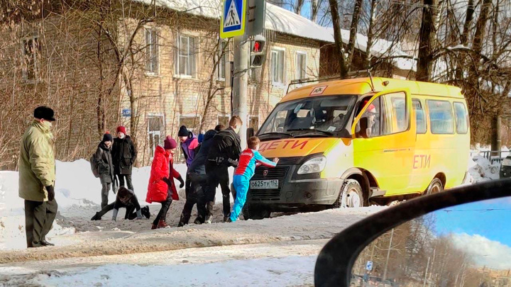Нижегородские дети выталкивали школьный автобус из сугроба
