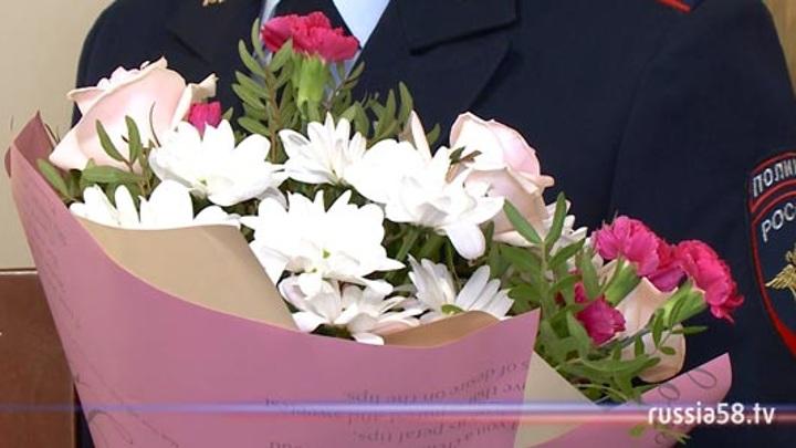 В Пензе стражи правопорядка поздравили вдов погибших полицейских с наступающим 8 Марта
