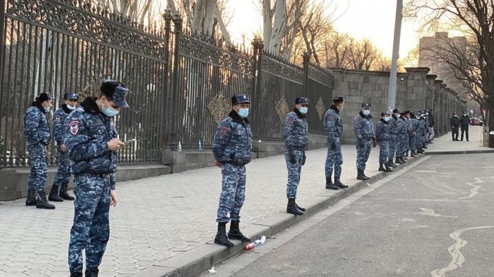 У резиденции, где встречались Саркисян и Пашинян, случились стычки