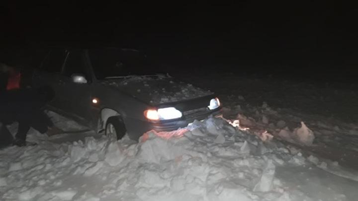 Спасатели помогли водителю выбраться из снежного плена под Кувандыком