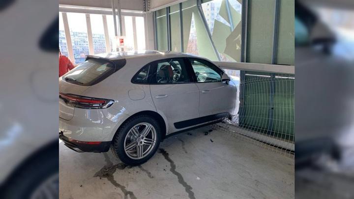 Водитель Porsche пробил стену паркинга на третьем этаже