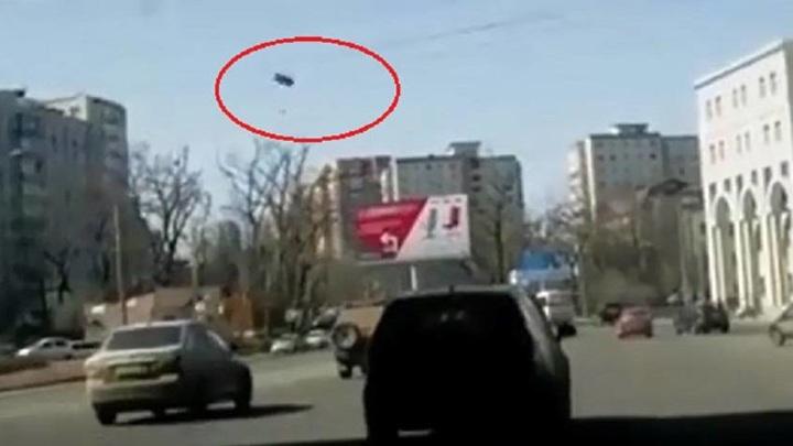 Во Владивостоке авторегистратор снял, как с моста на машины падают куски бетона