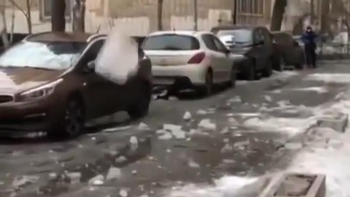 Автовладельцы против коммунальщиков: кто ответит за сброшенные на машины сосульки