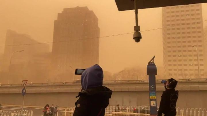 Около 400 авиарейсов отменили в аэропортах Пекина из-за песчаной бури