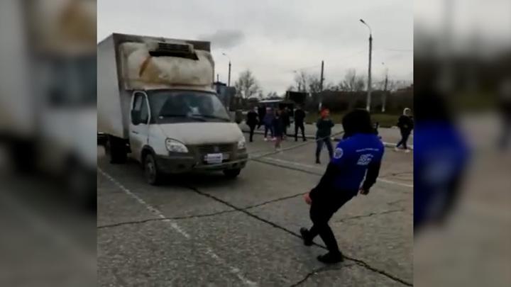 Ставропольский силач протащил зубами в сцепке четыре автомобиля
