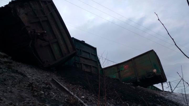 В Челябинской области завели уголовное дело после схода с рельсов 17 вагонов с углем