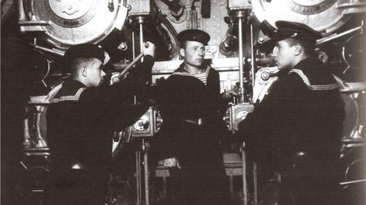 1942 год... Торпедисты В.И.Молочков, П.И.Мишин и П.Г.Ерёменко