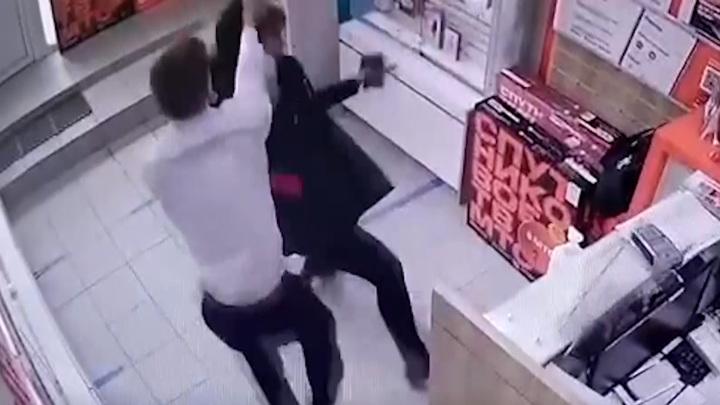 Волгоградка с шокером напала на продавца телефонов, чтобы вернуть долги