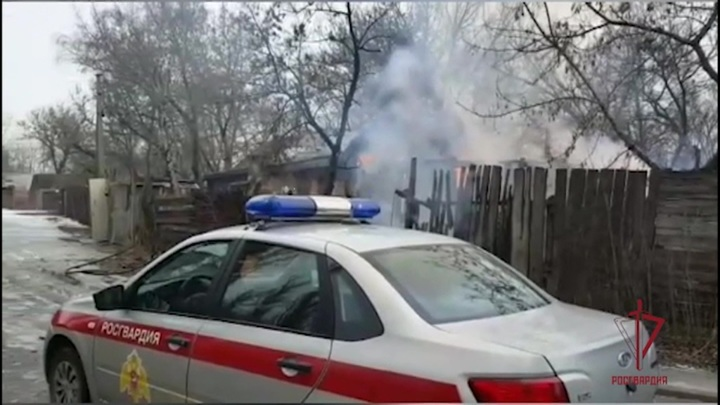 Забаррикадировавшийся в доме в Мытищах мужчина бросил в силовиков гранаты