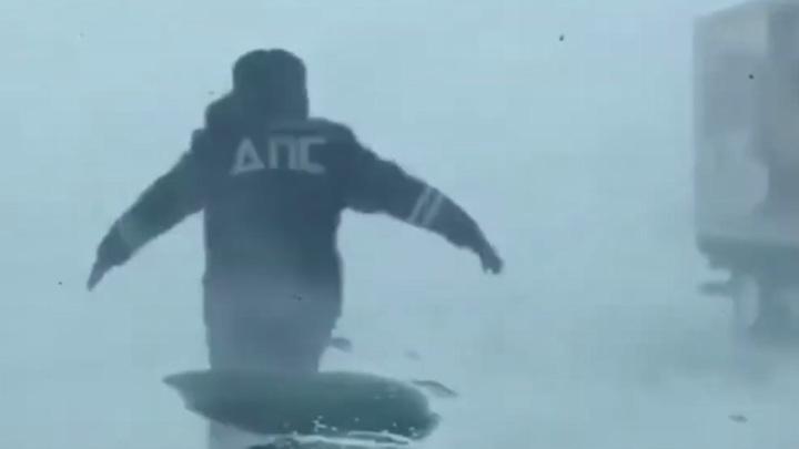 Министр наградил экипаж ДПС, спасший водителей в снежную бурю