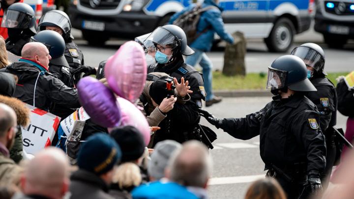 Немецких протестующих разогнали газом, нидерландских – водой