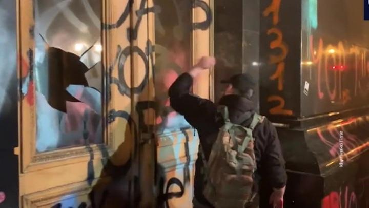 Украинские радикалы празднуют день рождения Стерненко разгромом офиса Зеленского