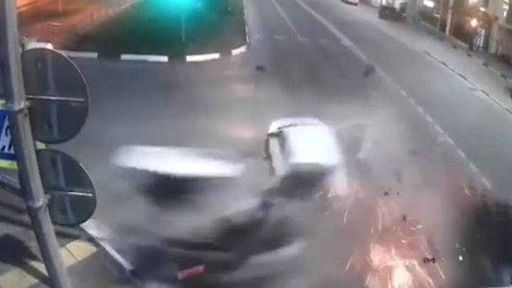 Гость из Москвы снес жителю Геленджика половину автомобиля. Видео