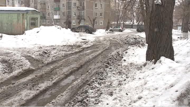 Омские дворы оказались закованы в лед