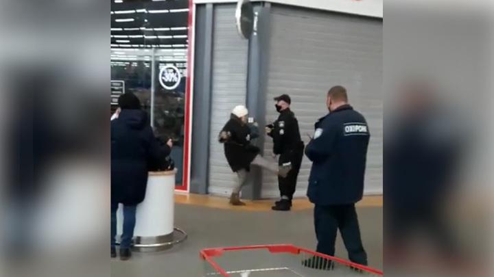 Киевский полицейский избил настырную покупательницу из-за маски. Видео