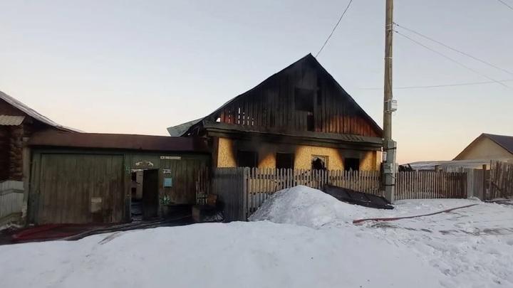 На Урале в пожаре погибла бабушка, мать и двое детей находятся в больнице