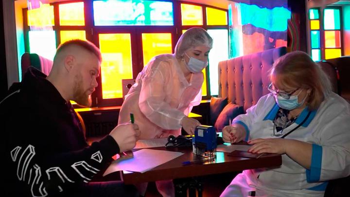 В костромском караоке-баре можно привиться от коронавируса