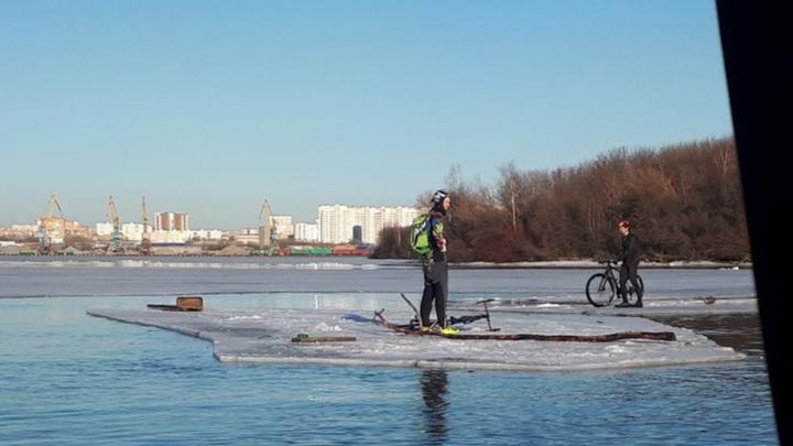 На Москве-реке с отколовшейся льдины сняли двух велосипедистов