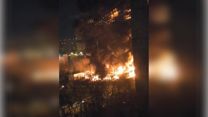 На северо-востоке Москвы в промзоне загорелись больше 20 грузовиков
