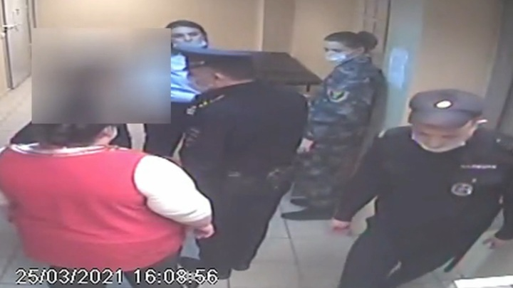 """""""Чего дальше-то?"""": пьяная пассажирка закатила скандал в аэропорту Кольцово"""