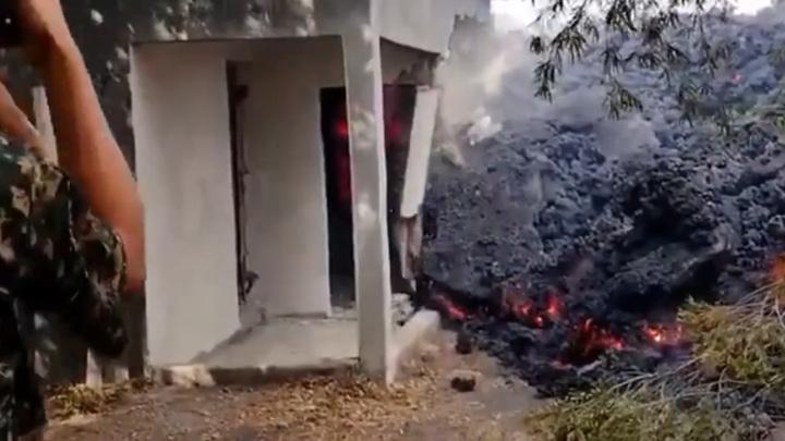В Гватемале лава вулкана Пакайя приближается к жилым домам