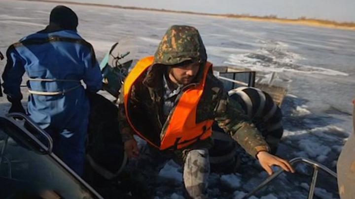 В Саратовской области три человека ушли под лед на самодельном снегоходе