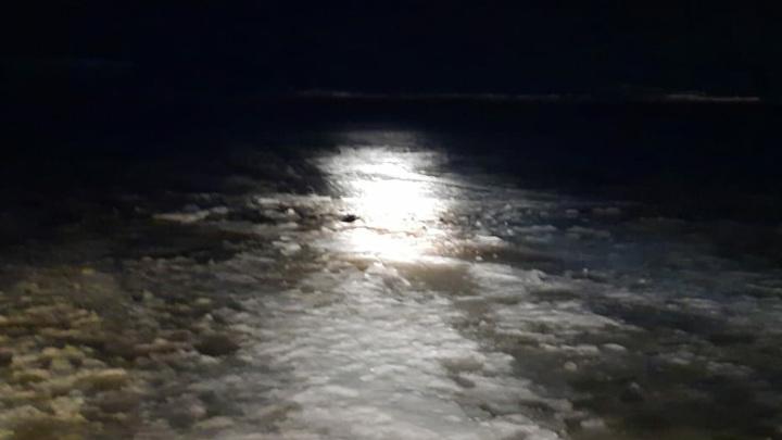 Трое рыбаков провалились под лед в Вологодской области