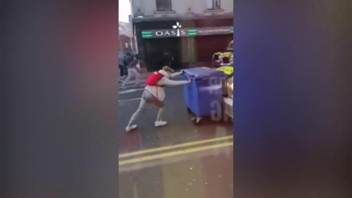 Кирпичи и металлические прутья: беспорядки в Белфасте