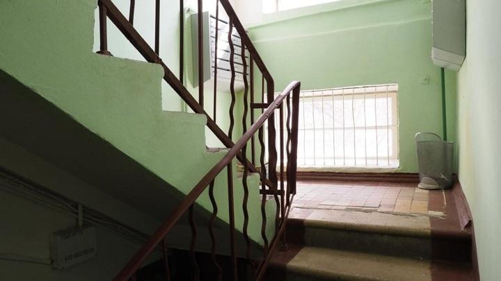 Труп мужчины обнаружен в подъезде жилого дома в Вологодской области