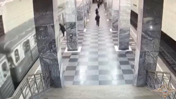 Мужчина избил и сбросил на рельсы пассажира московского метро. Видео