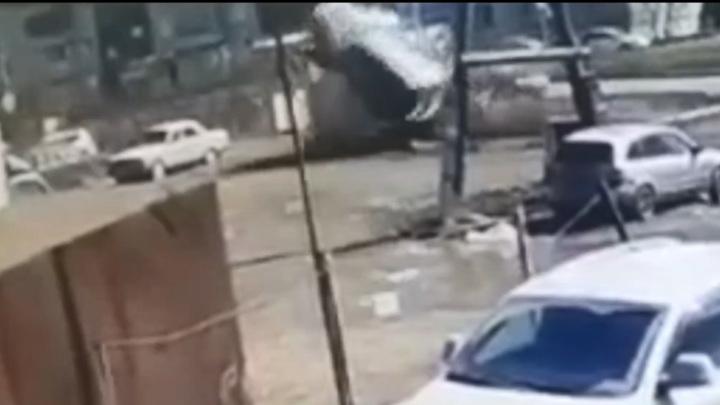 В Красноярске иномарка на бешеной скорости протаранила три автомобиля