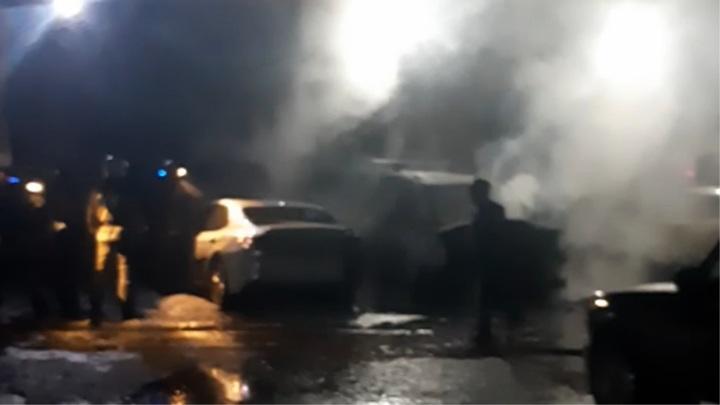 В Ярославле на охраняемой стоянке загорелись машины
