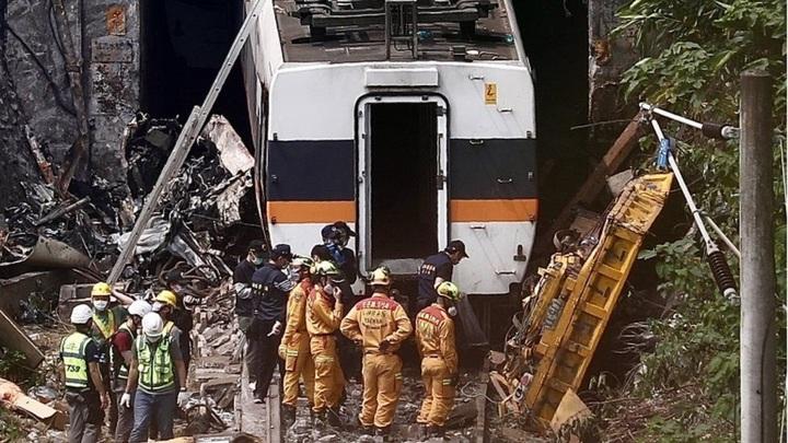 Крушение поезда Taroko Express на Тайване попало на видео