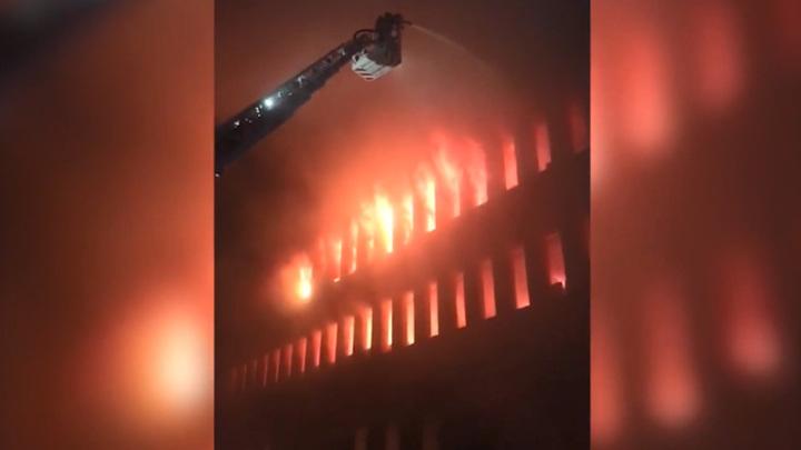 Пожар в Люберцах локализован, но угроза обрушения здания пока остается