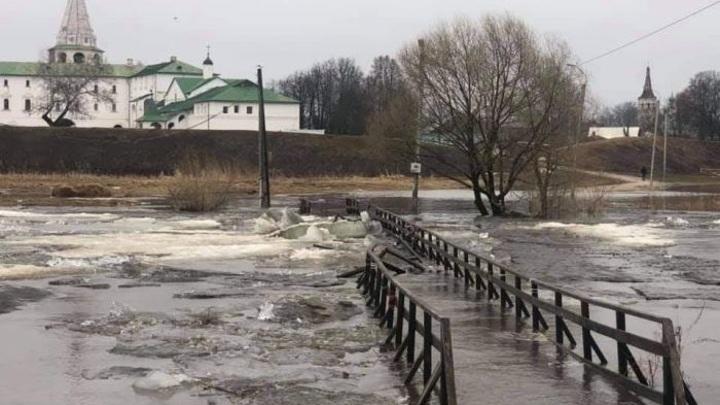 Ледоход снес пешеходный мост в Суздале