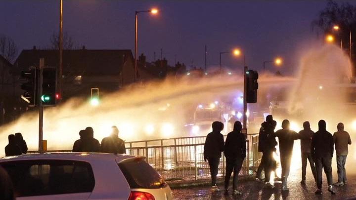 В Белфасте полиция применила водометы против манифестантов
