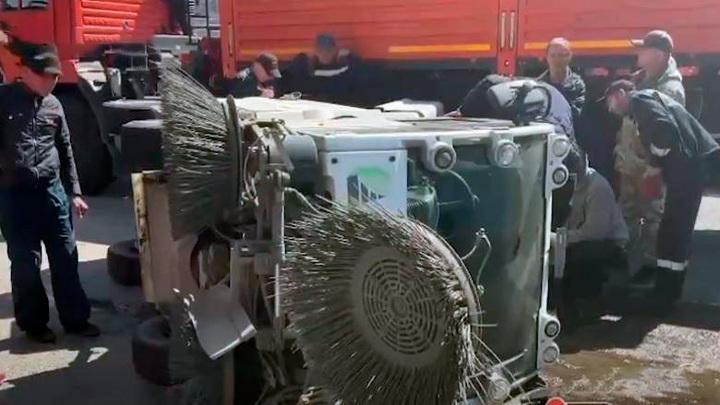 Дорожный пылесос перевернулся на трассе во Владивостоке