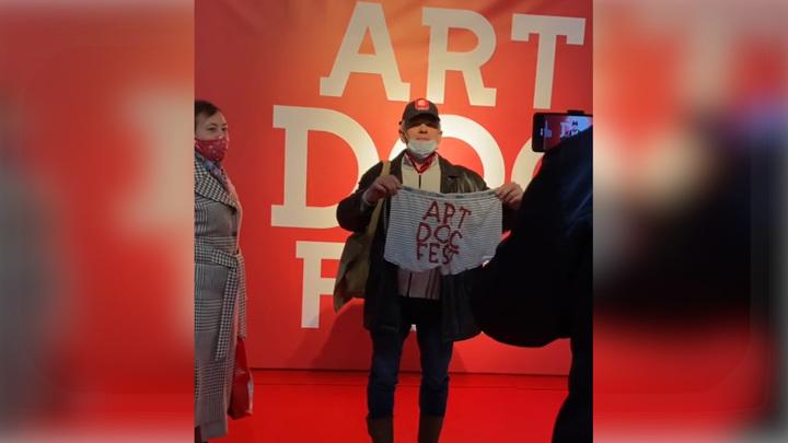 "Активист с трусами напал на президента ""Артдокфеста"""