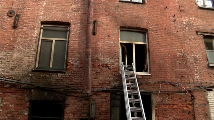 """Пожарным трудно проникнуть в завалы на """"Невской мануфактуре"""""""