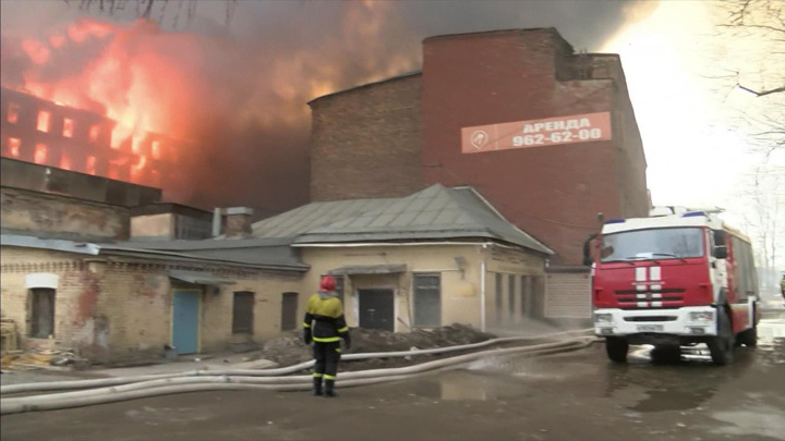 """Продолжается тушение """"Невской мануфактуры"""" в Санкт-Петербурге"""